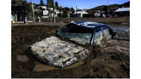 Un auto quedó incrustado en el suelo de Barrio Laprida