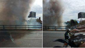 El humo afecta a la visibilidad de la autopista Illia