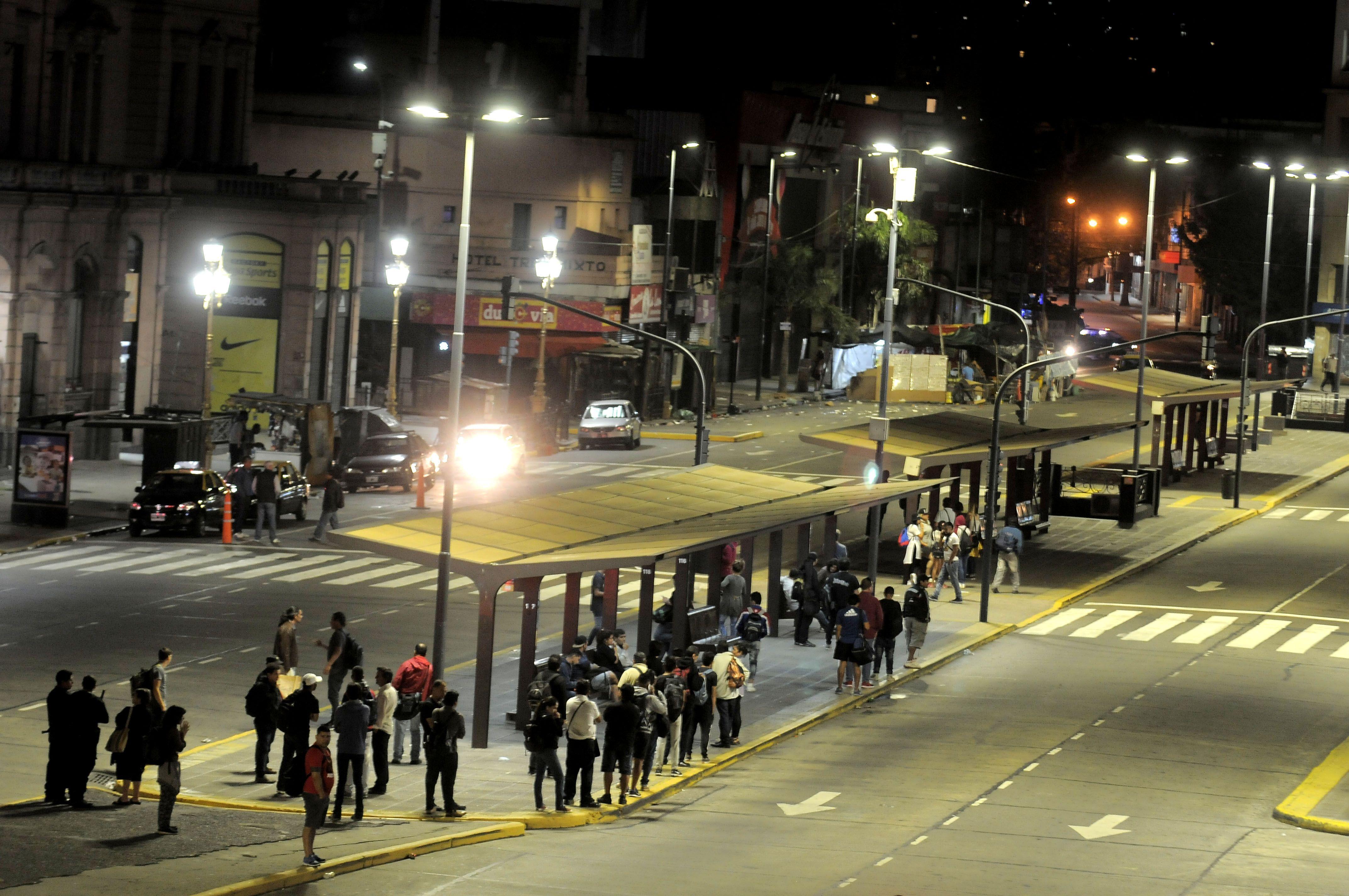 Algunos esperaban los últimos colectivos minutos antes de la medianoche