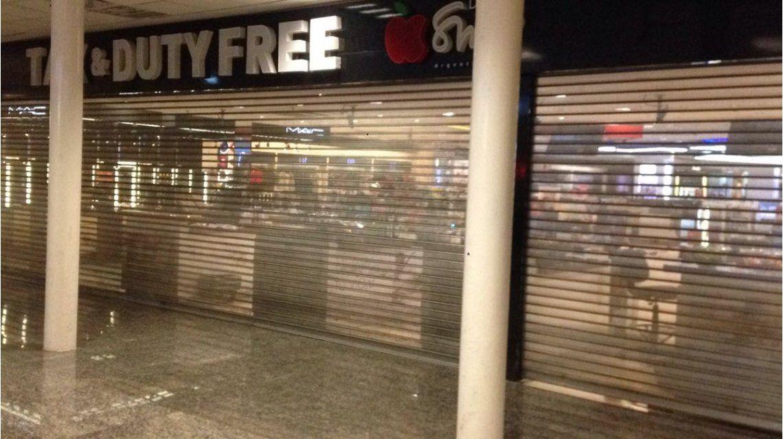 Los comercios en los aeropuertos cerraron las persianas