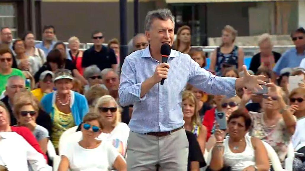 Mauricio Macri con jubilados en San Isidro