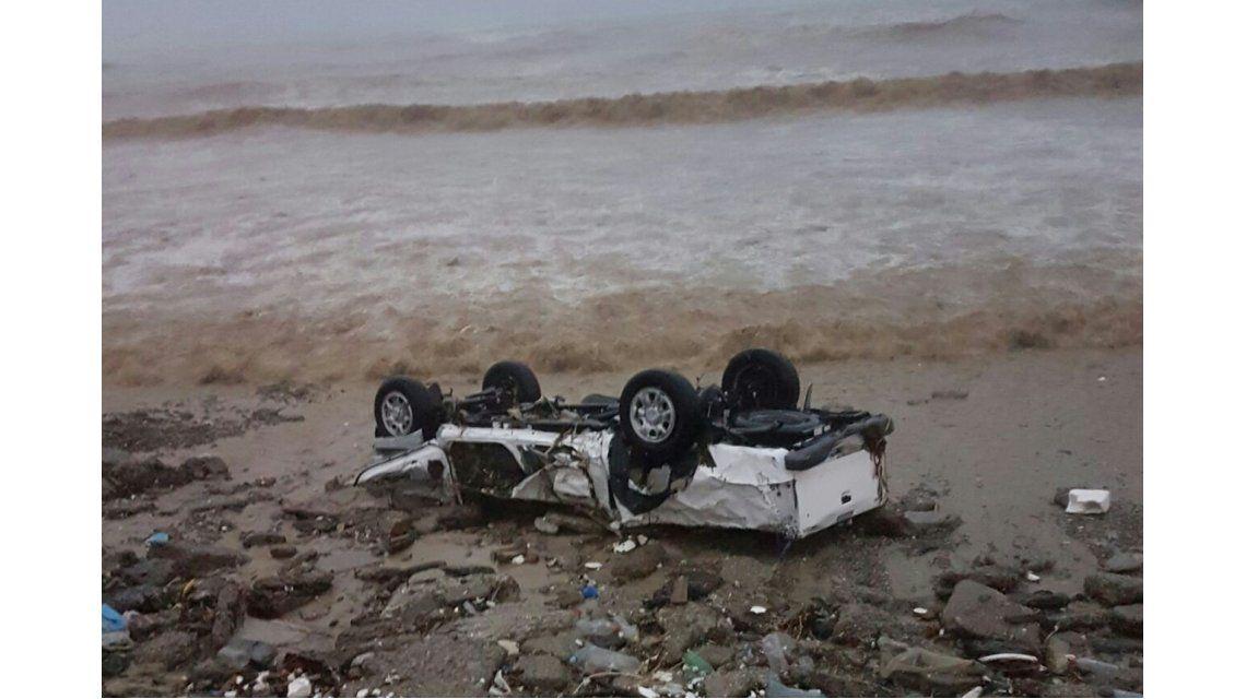 La camioneta después de haber sido arrastrada por el mar