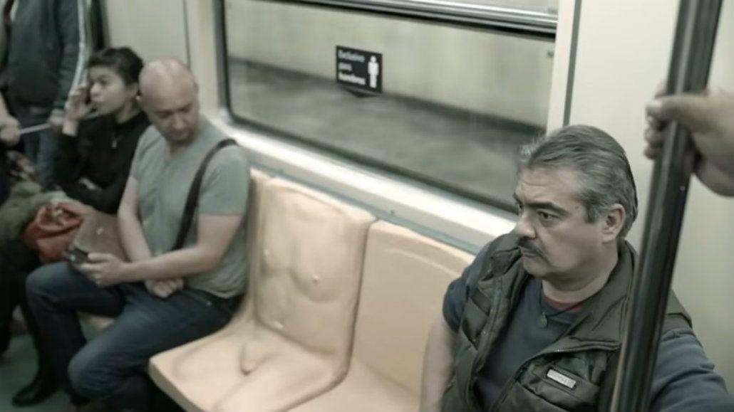 Ponen un asiento exclusivo para hombres en el subte y se vuelve viral