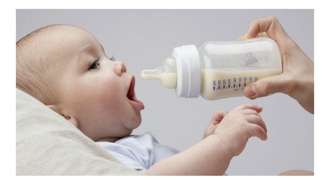Bebé tomando una mamadera