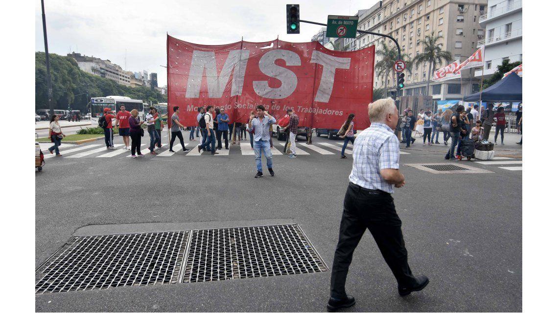 Masiva marcha de las dos CTA a Plaza de Mayo