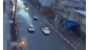 un rayo golpeó un auto en movimiento