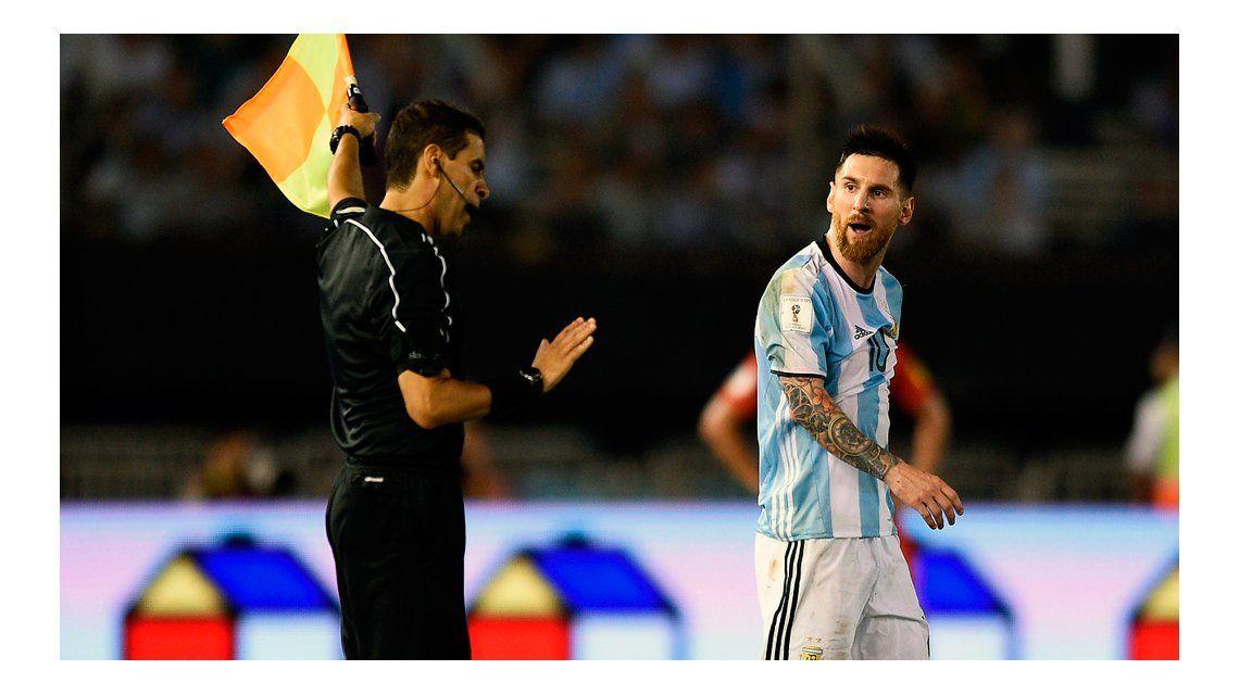 La AFA negó que Messi haya insultado al línea