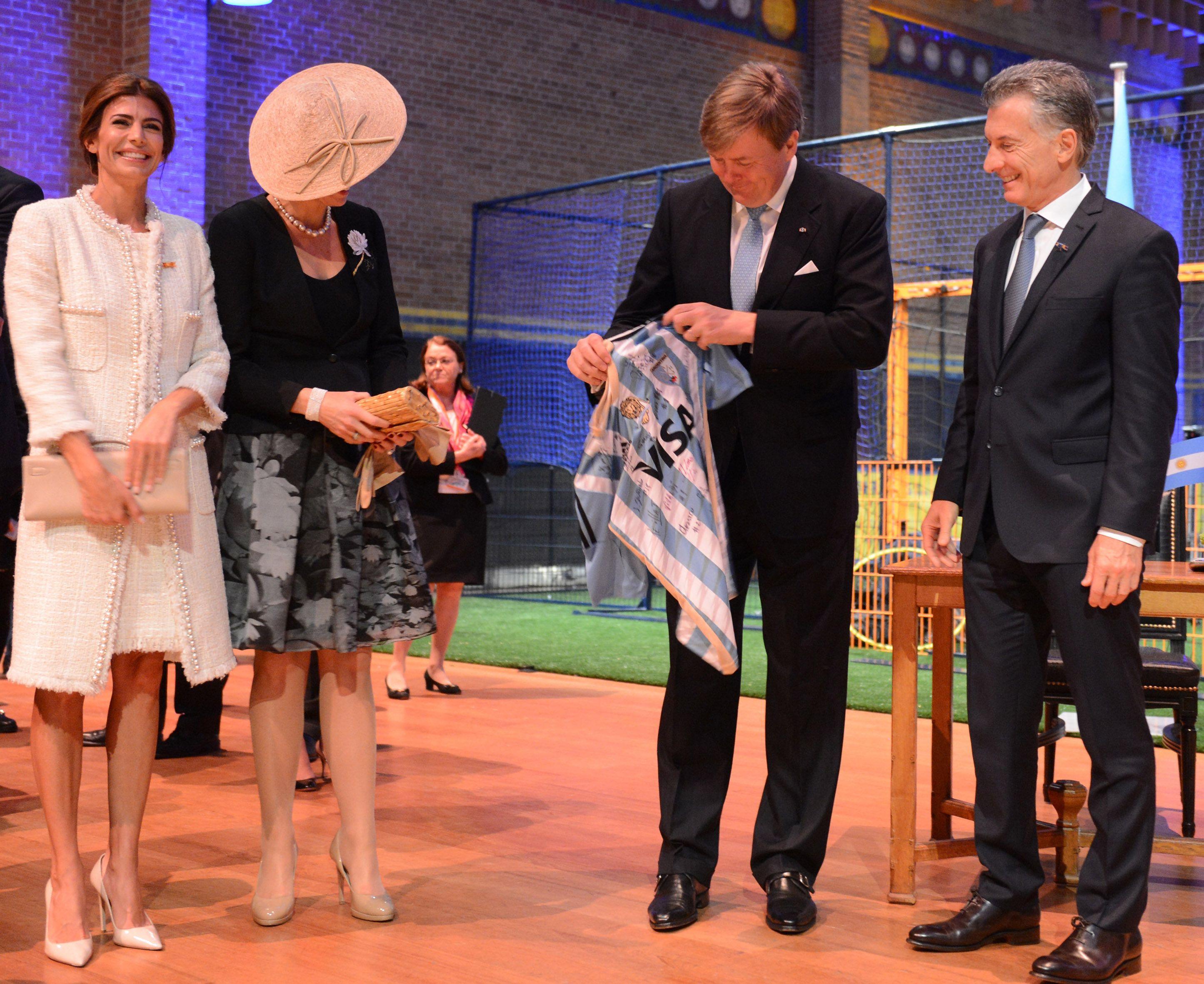 Macri y Awada asistieron junto a los reyes de Holanda a una clínica de hockey que convocó a deportistas de ambos países.