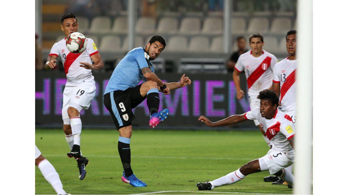 Luis Suárez volvió en Uruguay ante Perú en Lima
