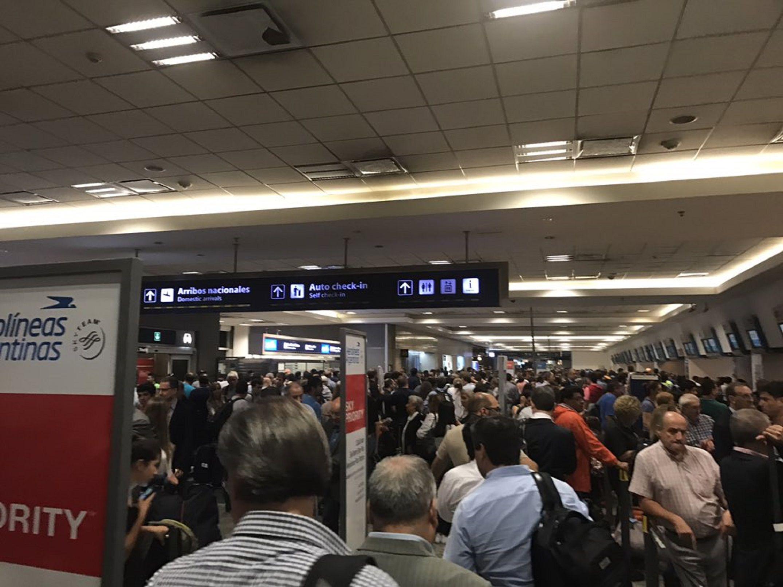 Cancelan vuelos en Aeroparque y Ezeiza por caída del sistema de Check-in