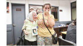 Micaela, tras ser liberada, junto a Nora Cortiñas