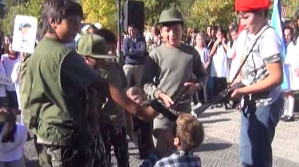 Alumnos de escuela primaria simularon un fusilamiento militar