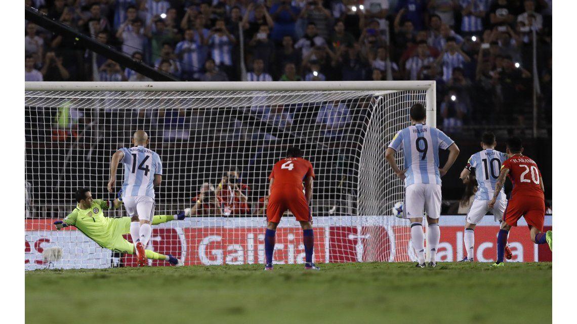 Messi disparó a la izquierda de su ex compañero Claudio Bravo