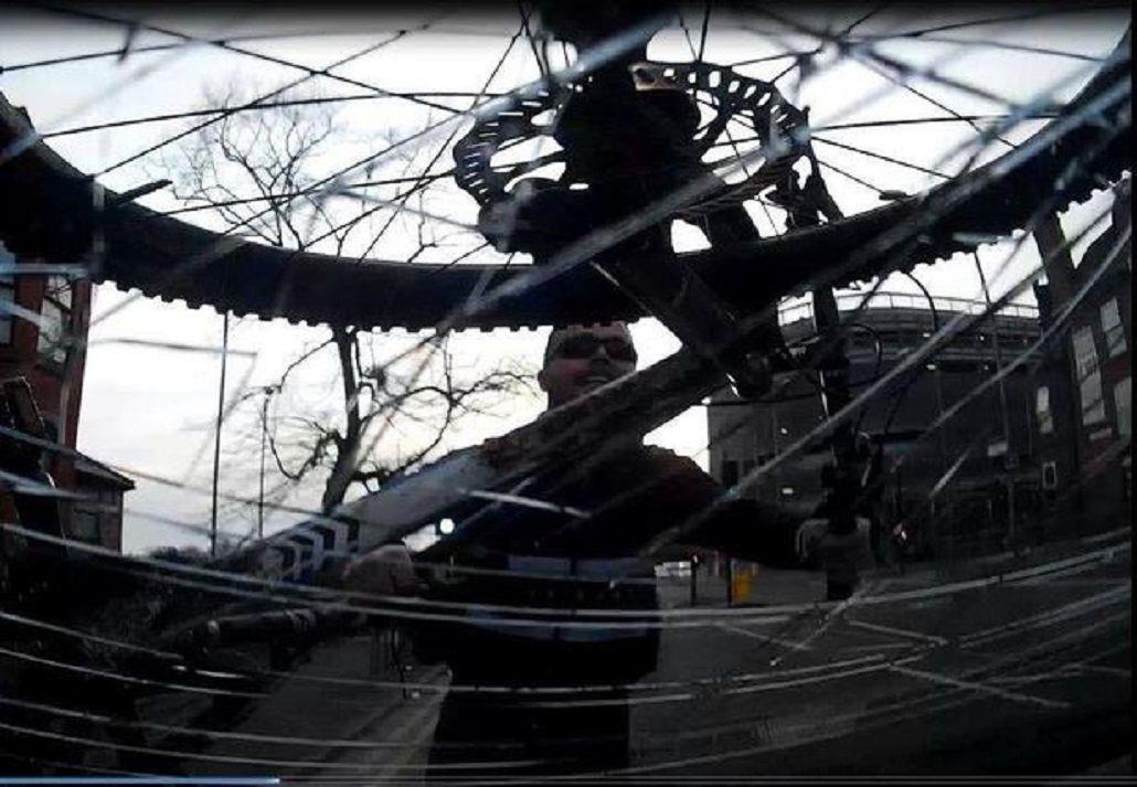 Le rompió el parabrisas con su bicicleta