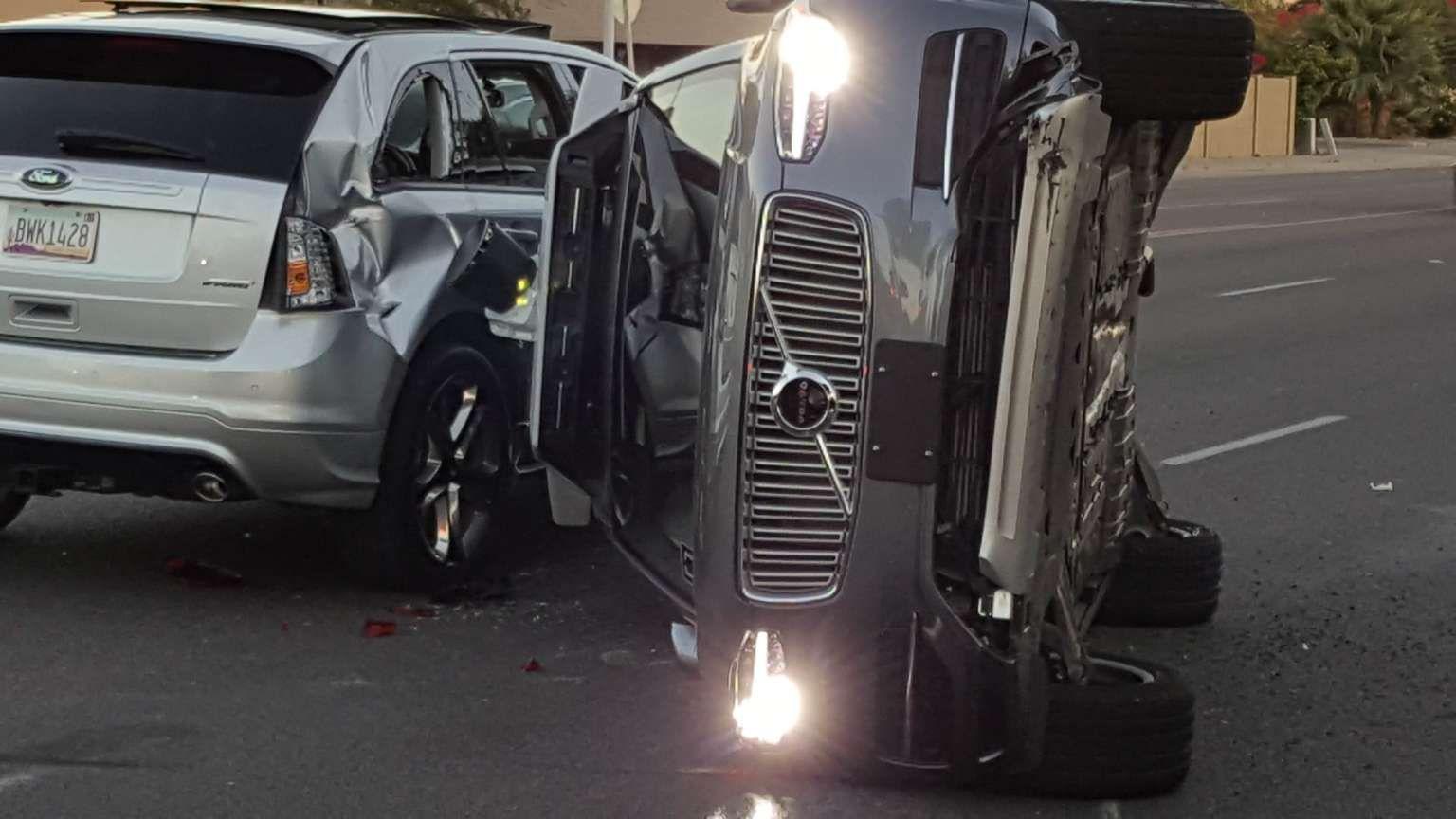 Chocó y volcó un vehículo de Uber que se manejaba solo