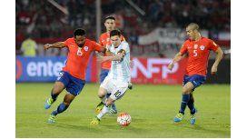 Lionel Messi luchando con Beausejour en el partido disputado en Santiago de Chile