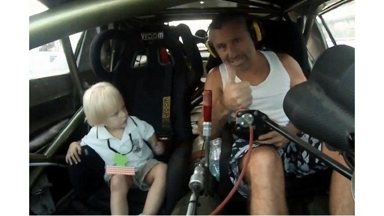 Marcos Di Palma con su hijo en un auto de TC
