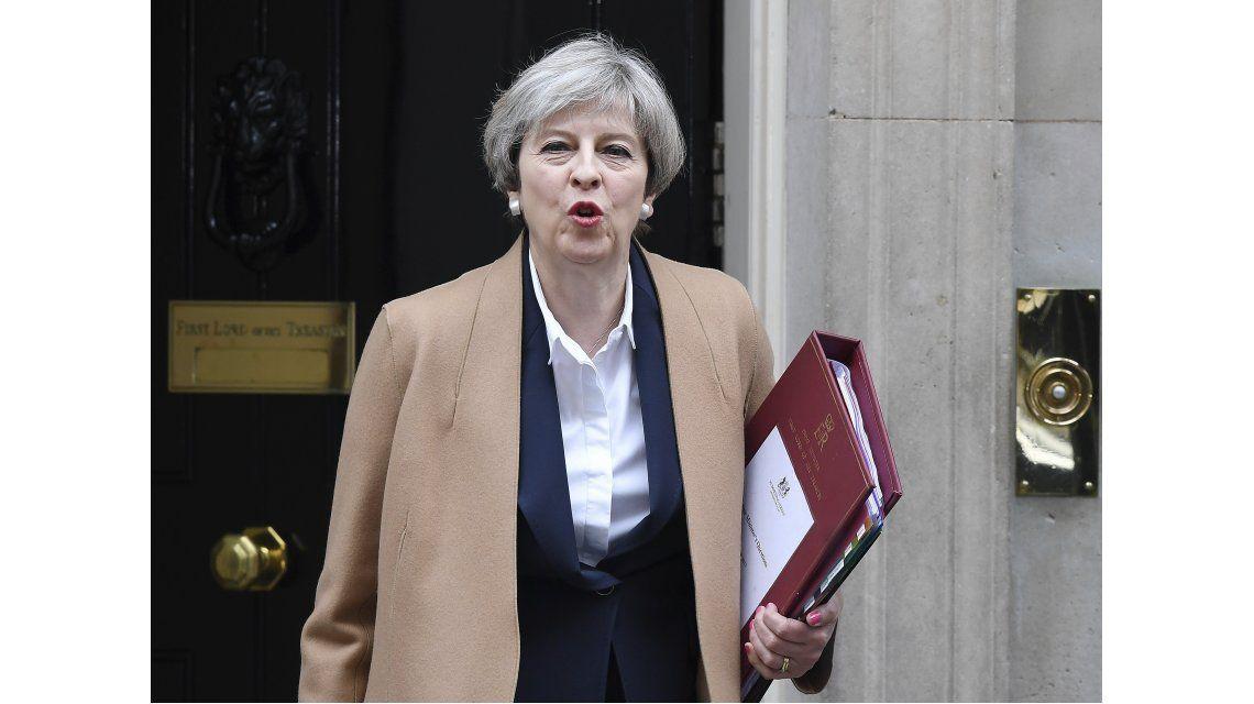 Theresa May con la carta