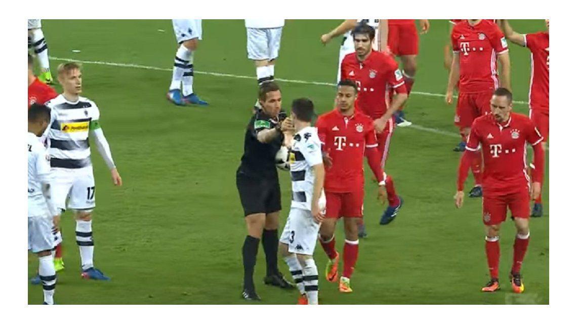 El árbitro agradeció el noble gesto de Hofmann