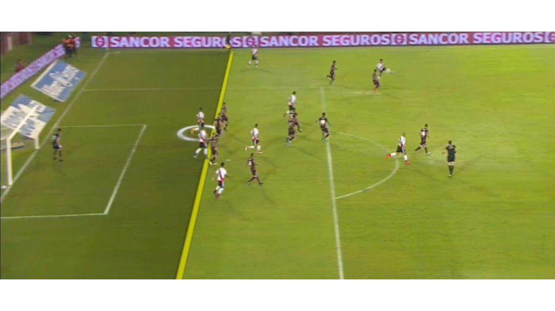 Así le llegaba la pelota al Chino Rojas para marcar el segundo gol de River