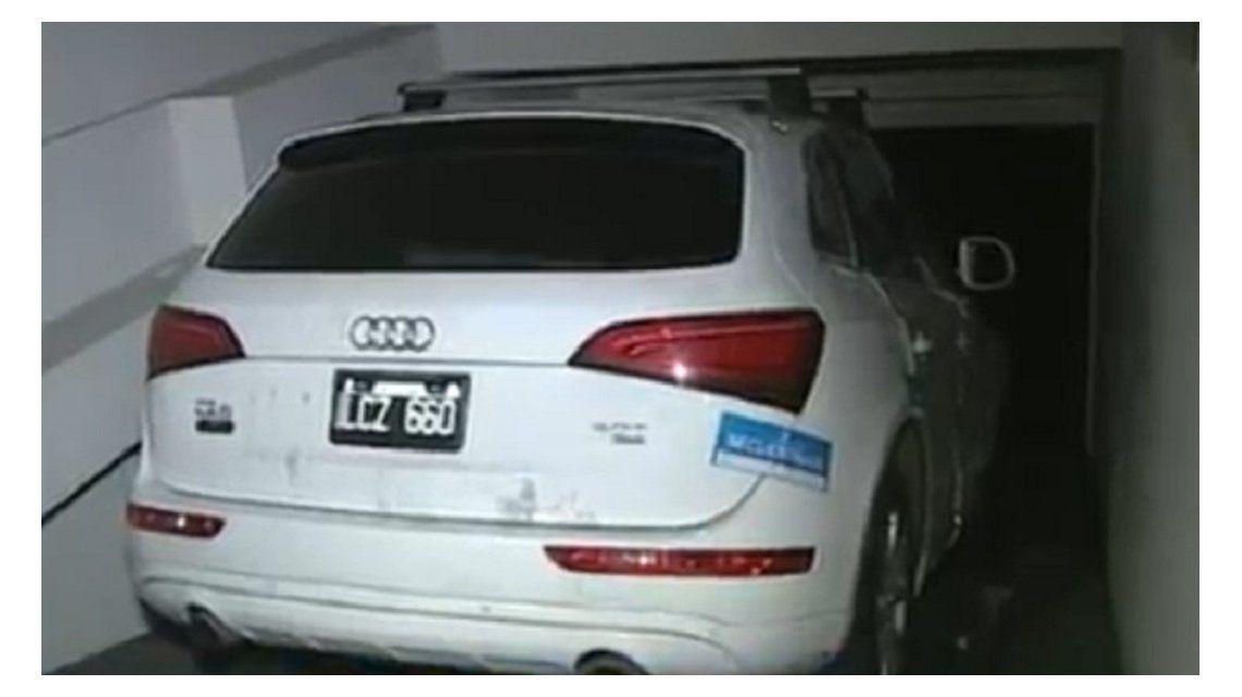 El auto que fue abandona por los delincuentes en un edificio