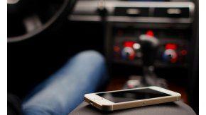Olvidó el celular en un taxi y descubrieron que era un pedófilo