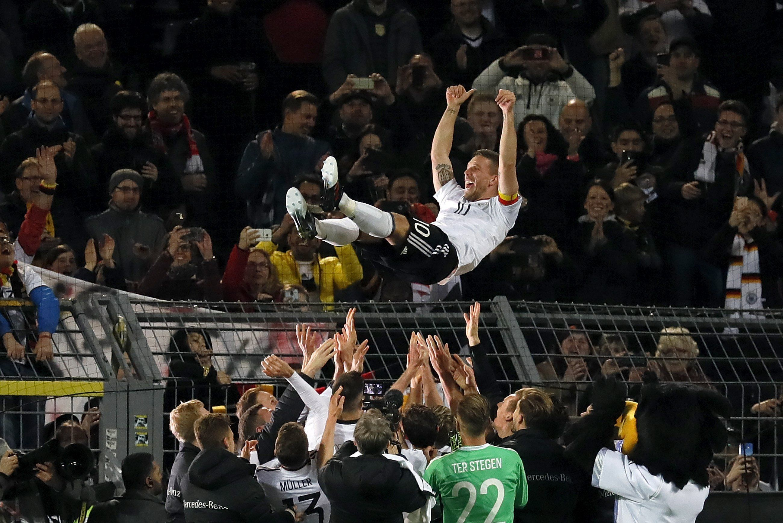 Podolski se fue llevado en andas por sus compañeros