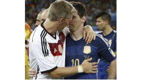 El alemán consuela a Lionel Messi tras la obtención del Mundial 2014