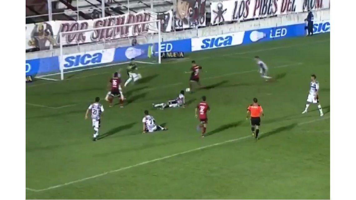 Joel Amoroso tuvo el gol en sus pies pero lo desperdició.
