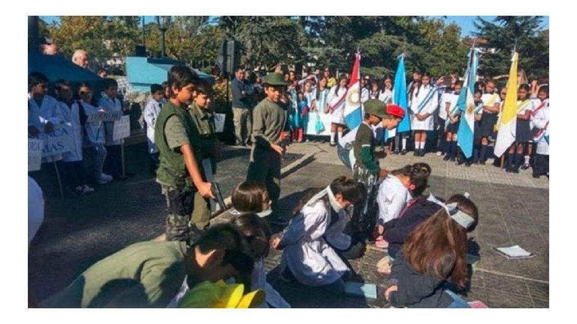 Simulacro de fusilamiento en acto escolar