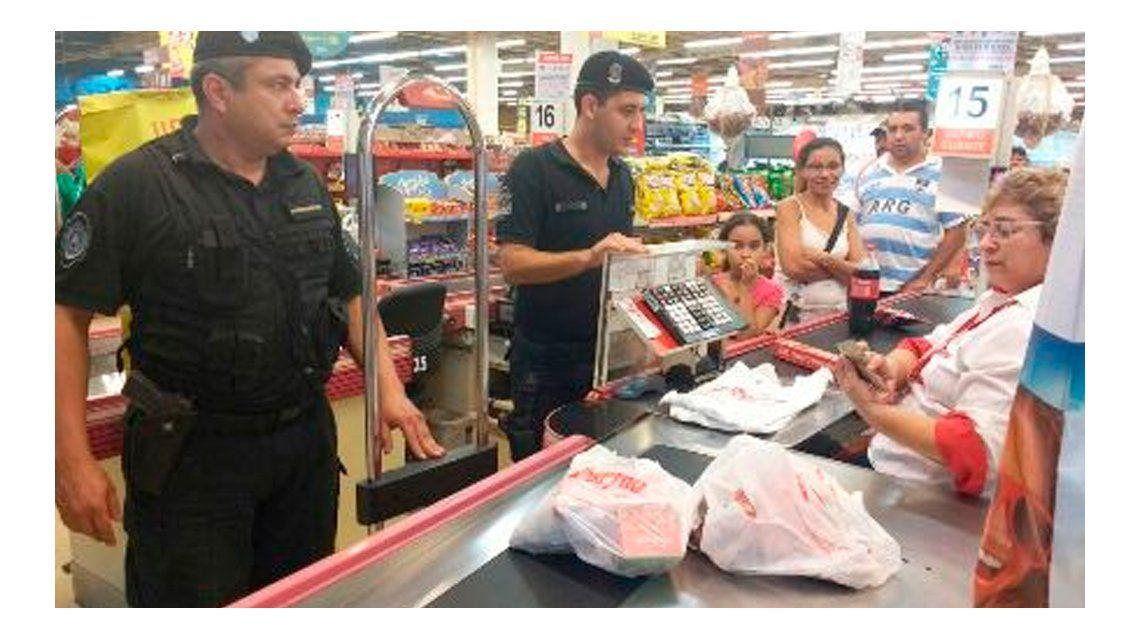 Los policías provinciales compraron la comida que se quería llevar la jubilada