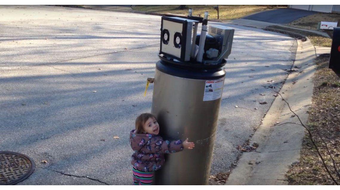 El video viral de una nena que se encuentra con un robot y le dice te amo