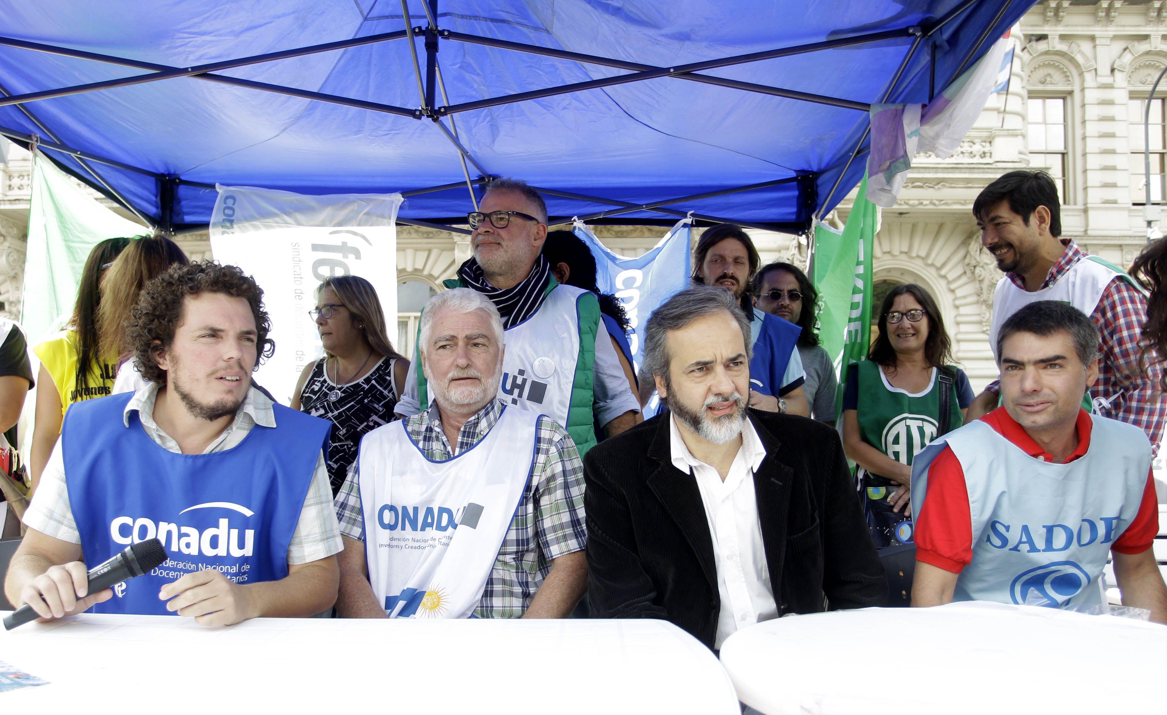 Docentes evalúan ir a la Justicia si Macri no reabre la paritaria nacional