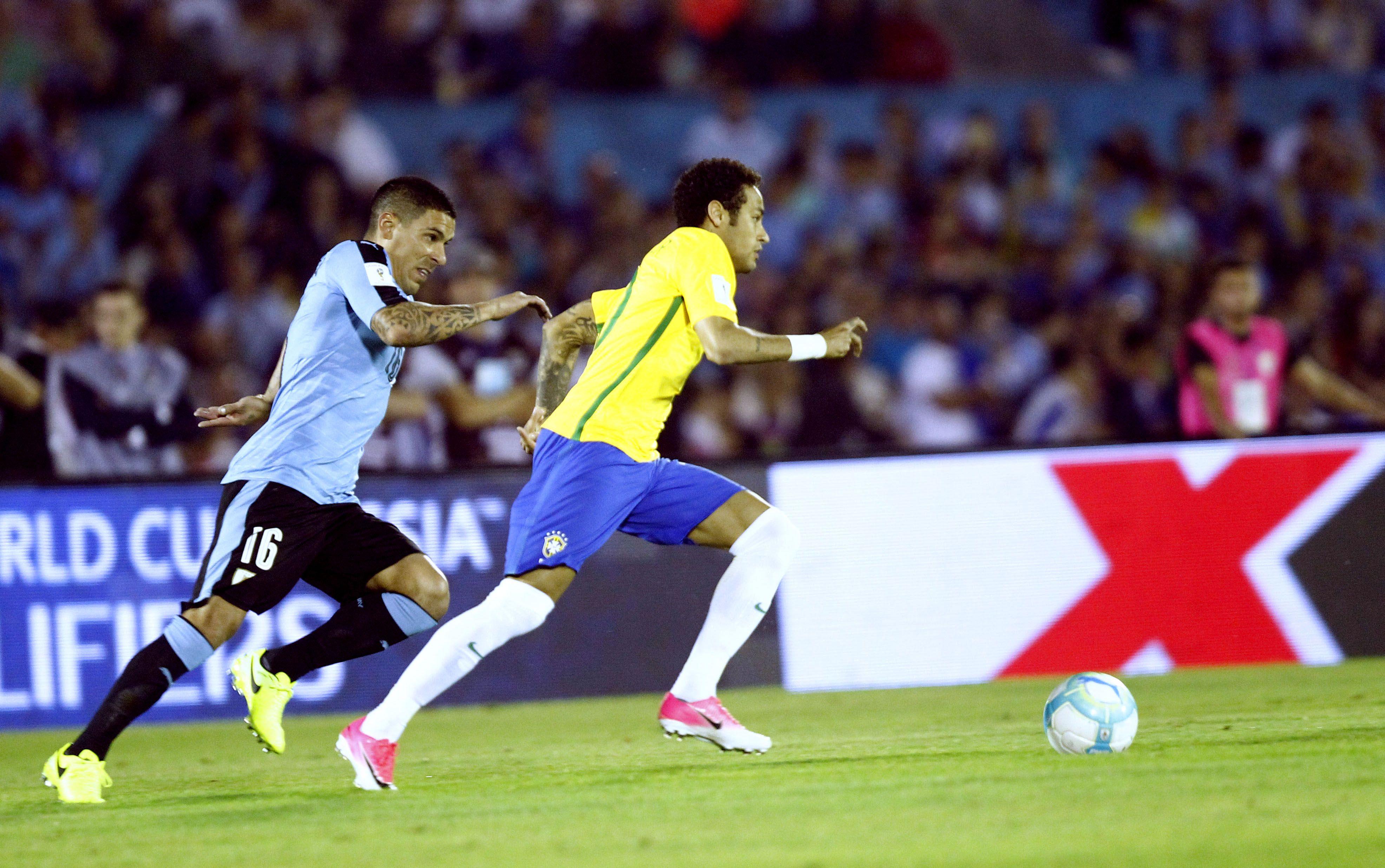 La escapada de Neymar ante Maxi Pereira