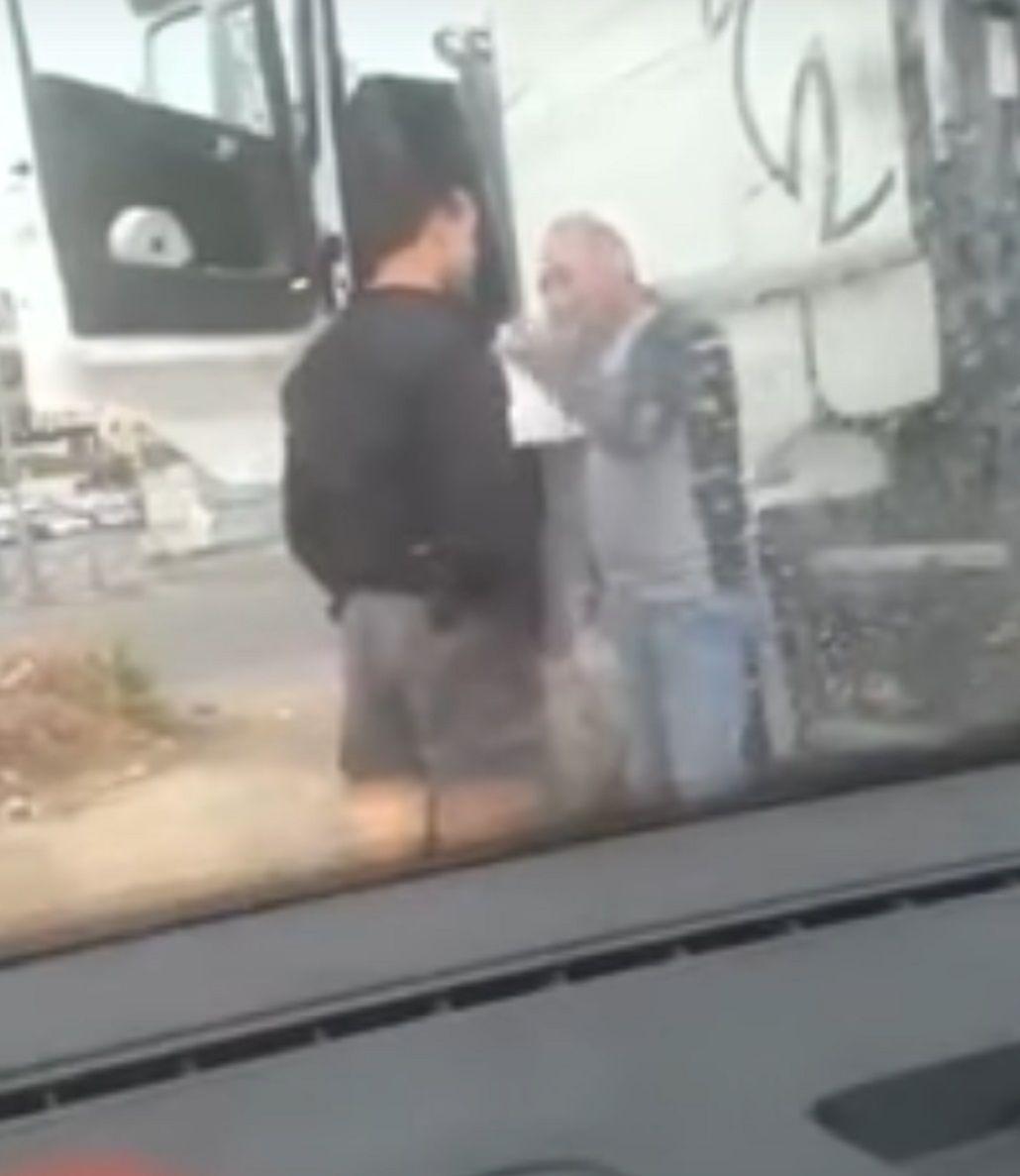 Un policía agredió brutalmente a un conductor palestino