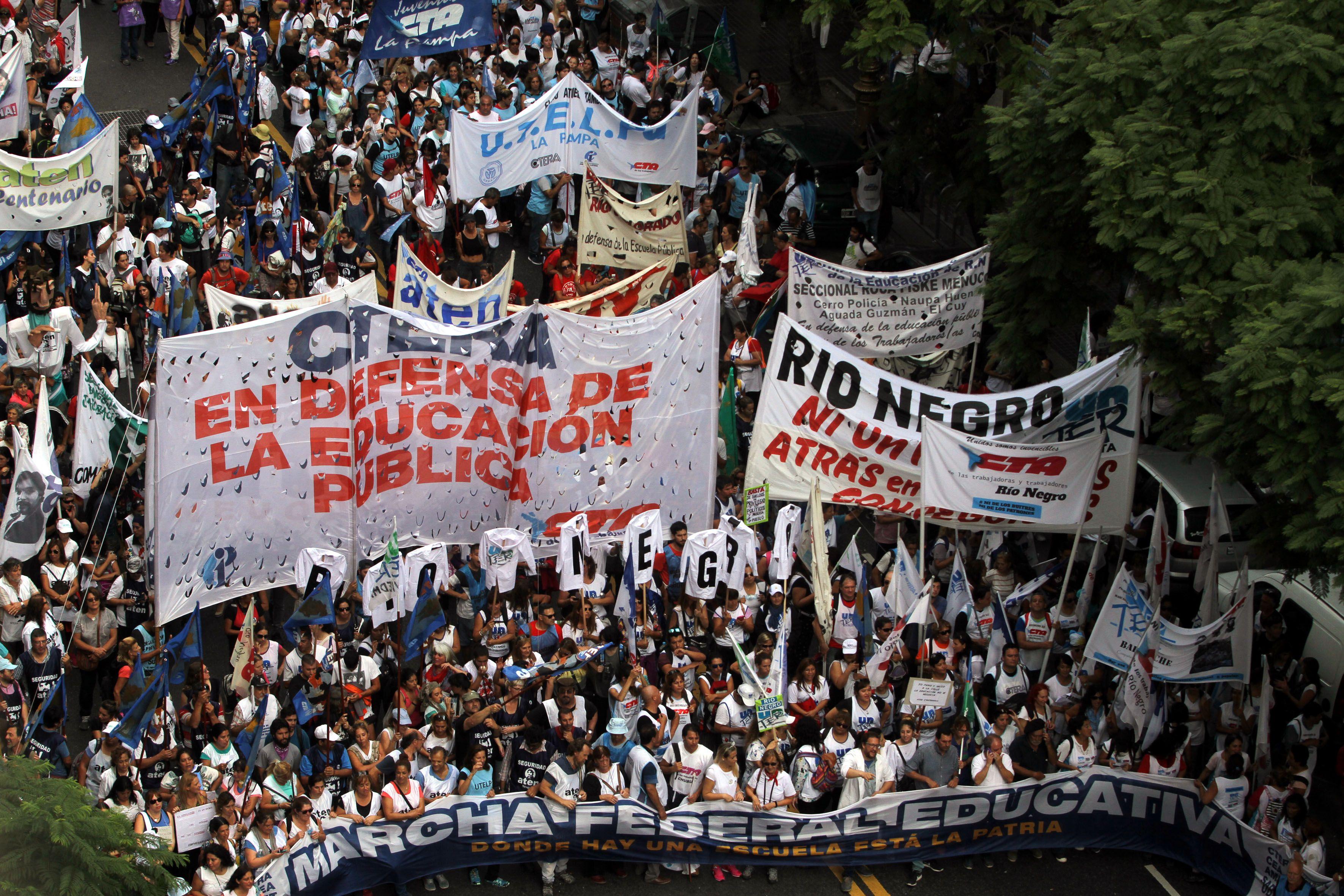 Multitudinaria movilización a la Plaza de Mayo de los docentes