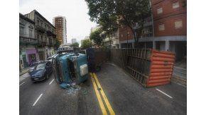 Un camión que volcó lleva 35 horas sin ser retirado en La Boca