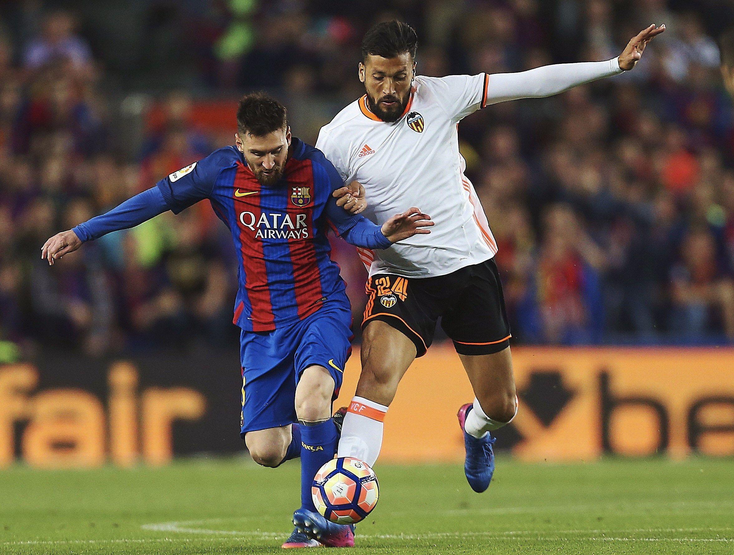 Duelo de argentinos: Messi intenta pasar ante Ezequiel Garay