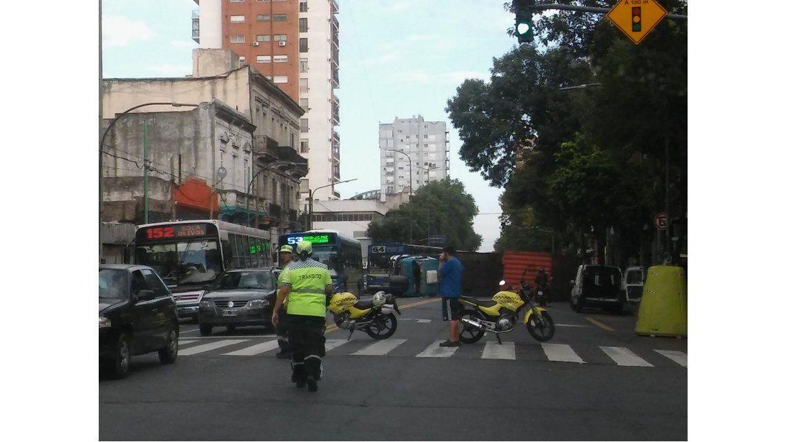 Un camión volcó en La Boca y lleva 35 horas en medio de una calle