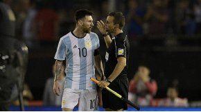 La discusión de Messi con el juez de línea Marcelo Vangasse