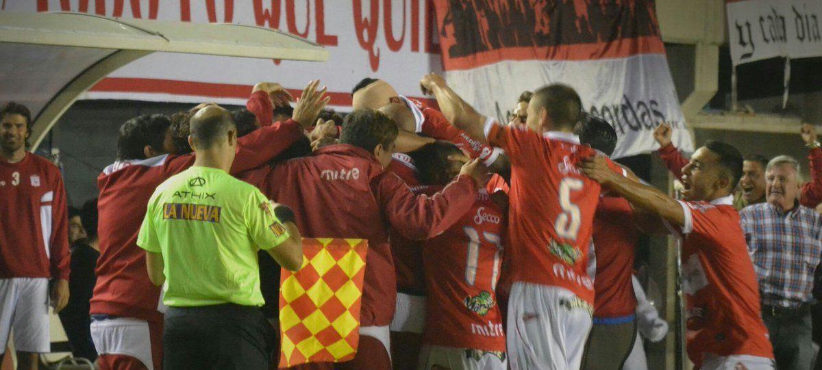 Festejo de Deportivo Morón tras el golazo de Gerardo Martínez