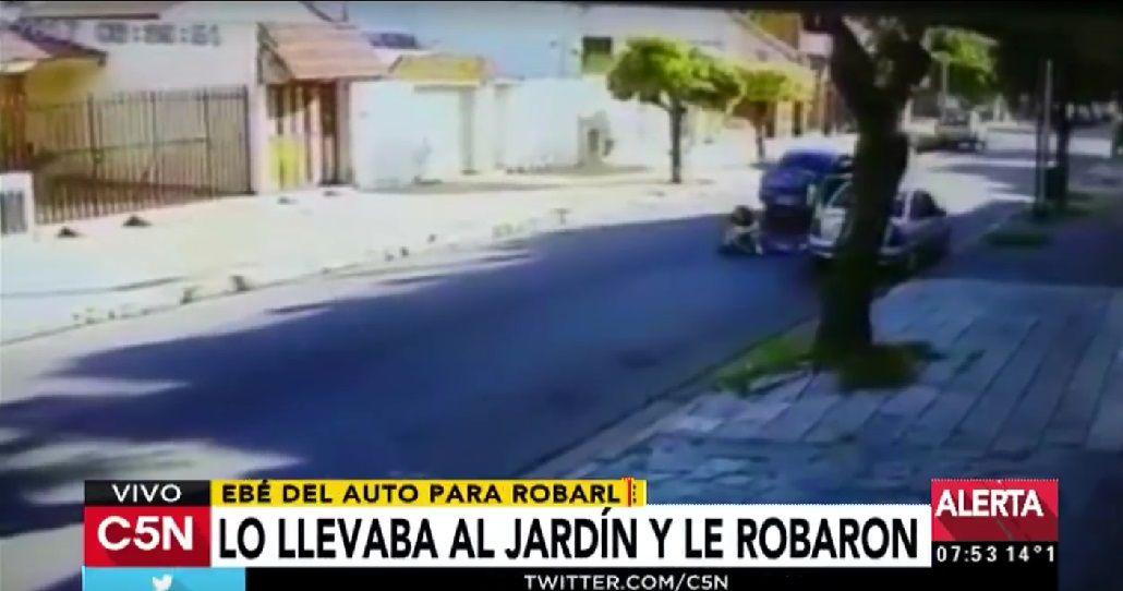 Tiraron a una mamá y su hijo de 2 años para robarles el auto