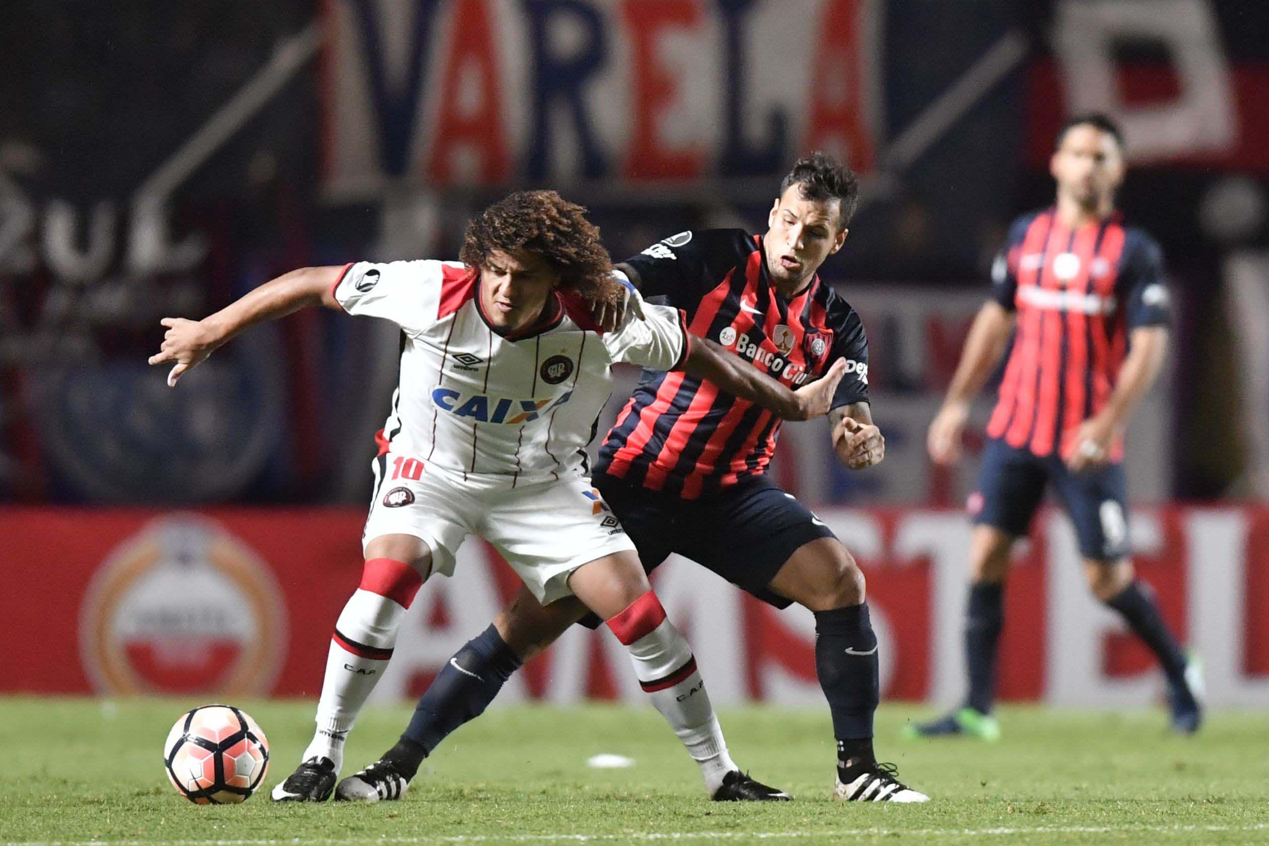 La lucha de Mussis para robar la pelota ante Atlético Paranaense