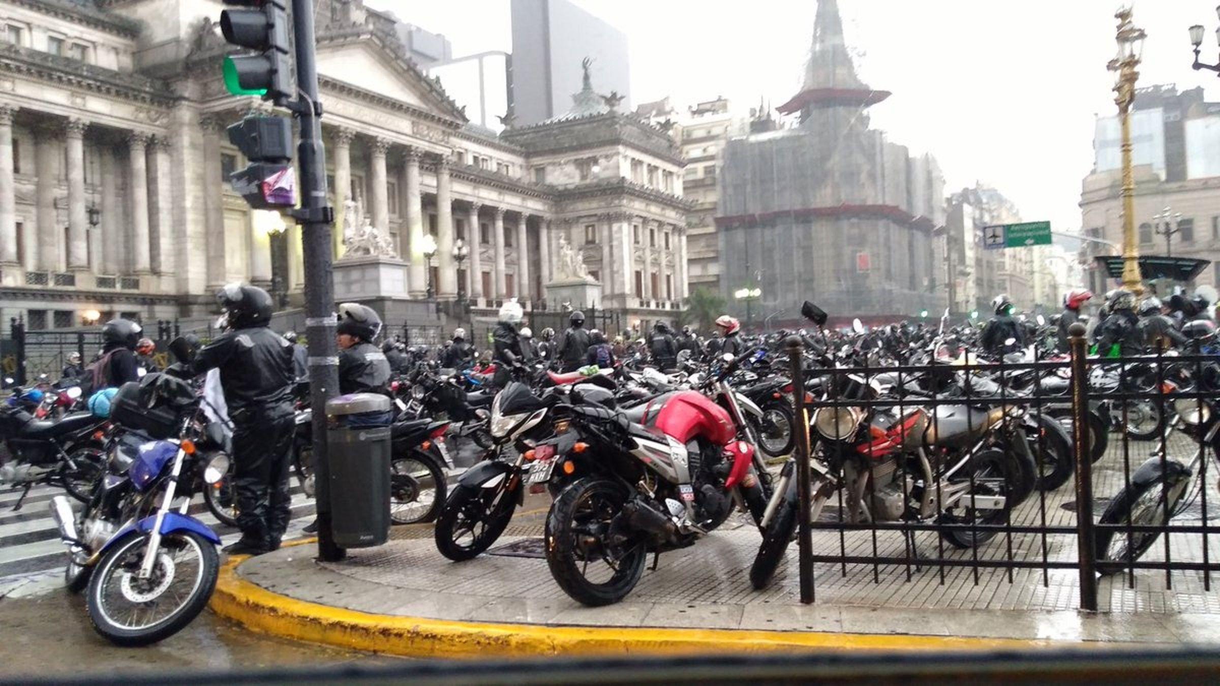Motoqueros protestan en el Congreso