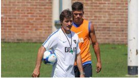 Guillermo, dando indicaciones en el entrenamiento de Boca