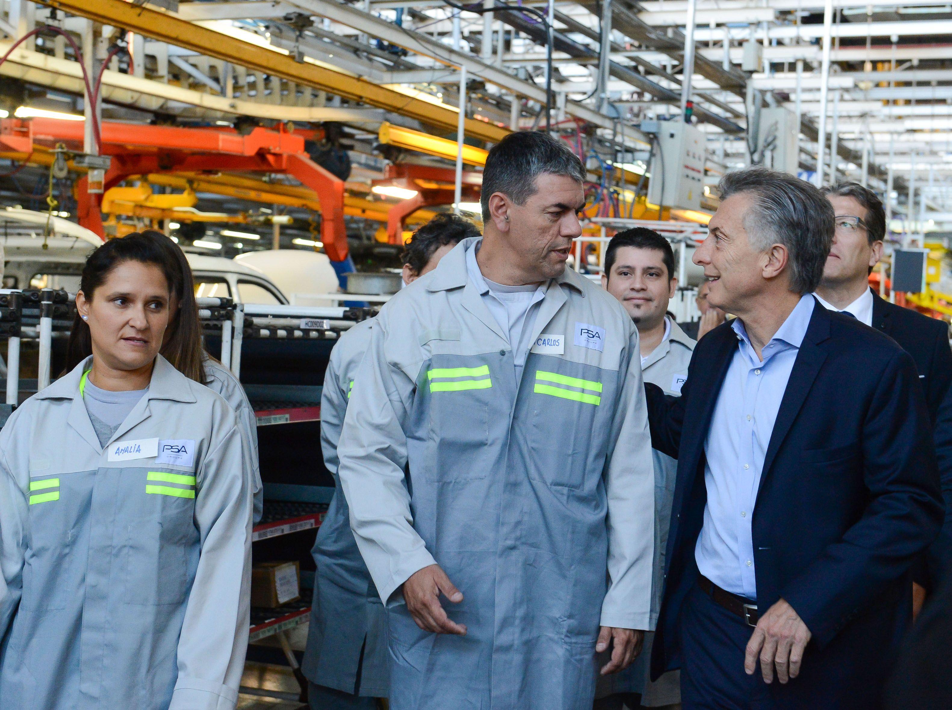 Macri visitó una fábrica y los trabajadores lo recibieron con abucheos