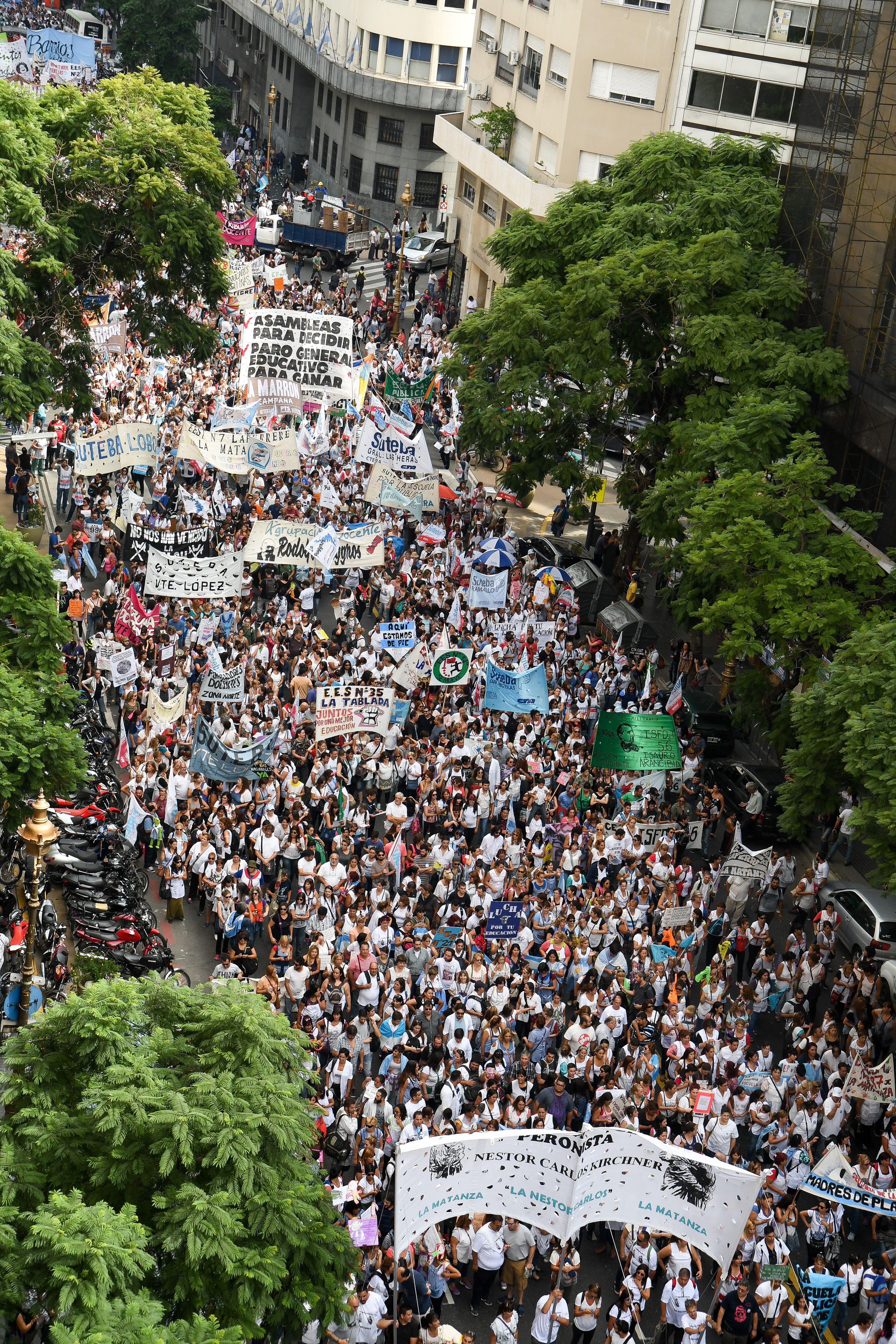 Impactantes imágenes de la masiva marcha por la reapertura de la paritaria docente nacional