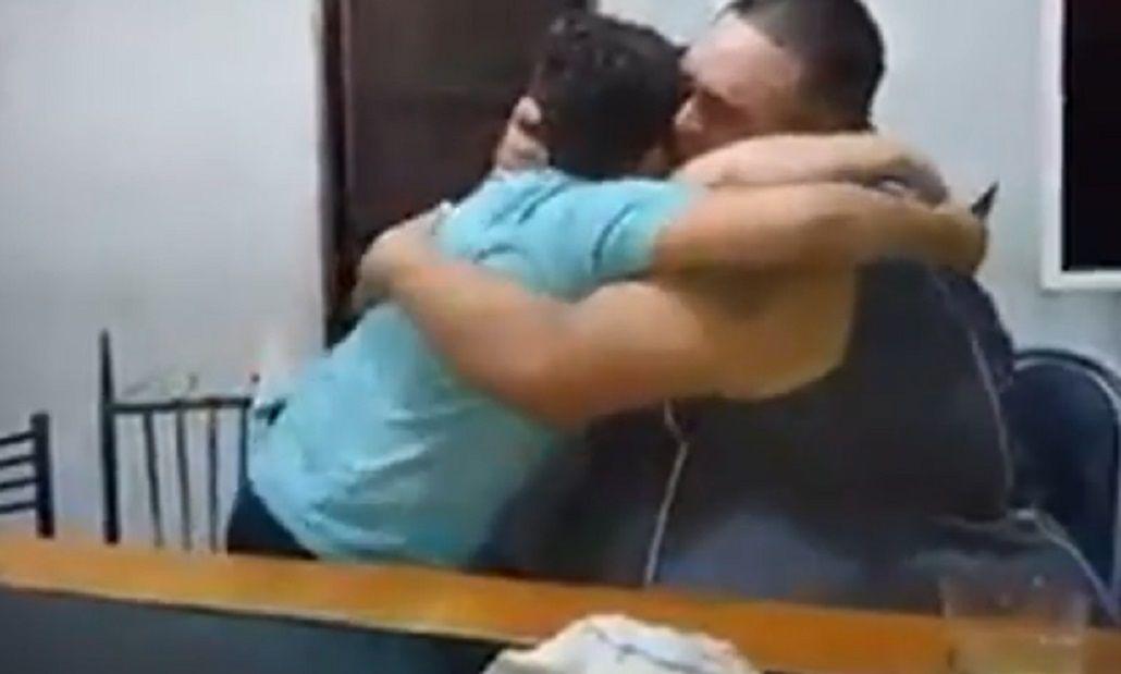 El padre sorprendió a los hijos en un video conmovedor