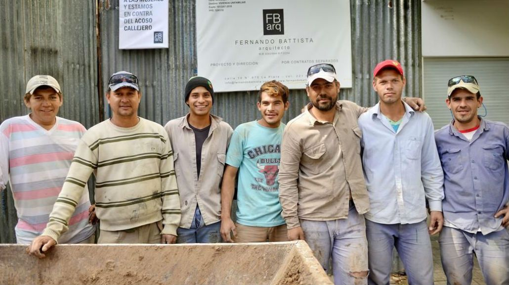 Estos son los obreros que trabajan en la obra en construcción