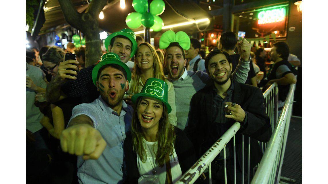 Las calles de Buenos Aires se tiñeron de verde por San Patricio